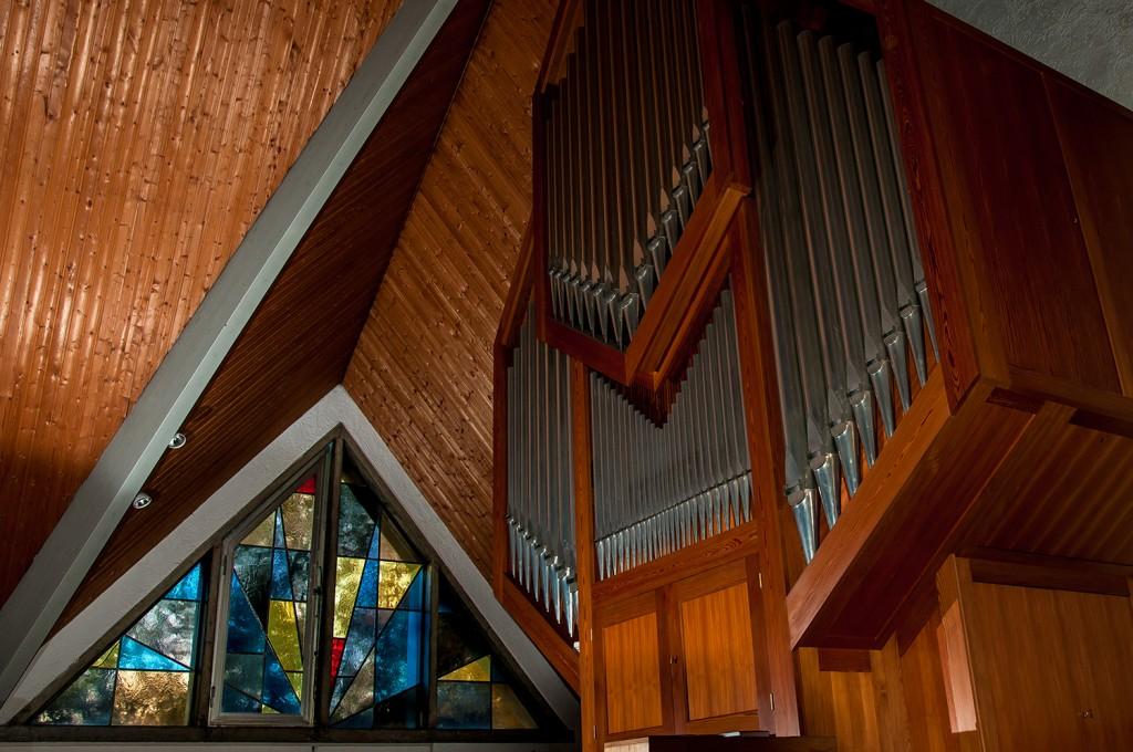 Orgel und Kirchenfenster