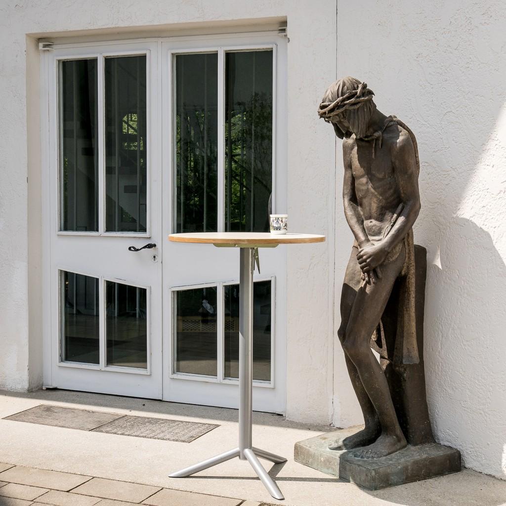 Schmerzensmann am Eingang der Kirche